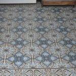 Oude vloer in hal van patroontegels