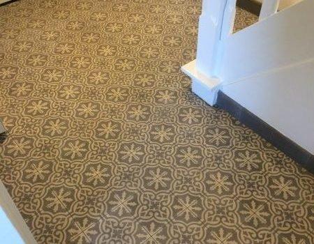 patroontegels en cementtegels in grijstinten