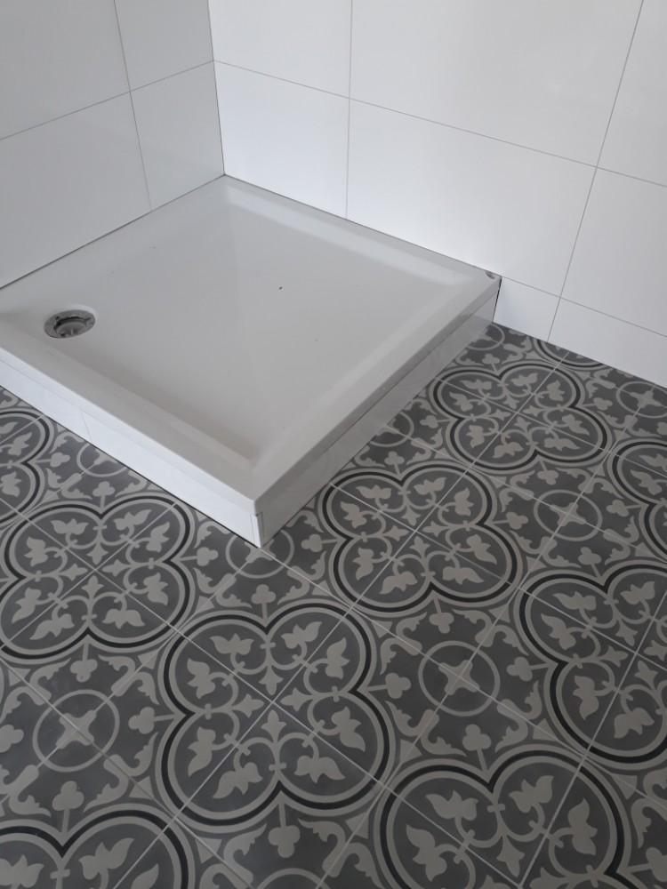 Portugese tegel in badkamer: serie FLOWERZ ZERO 02 - Floorz