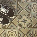 Voetjes op antieke tegels