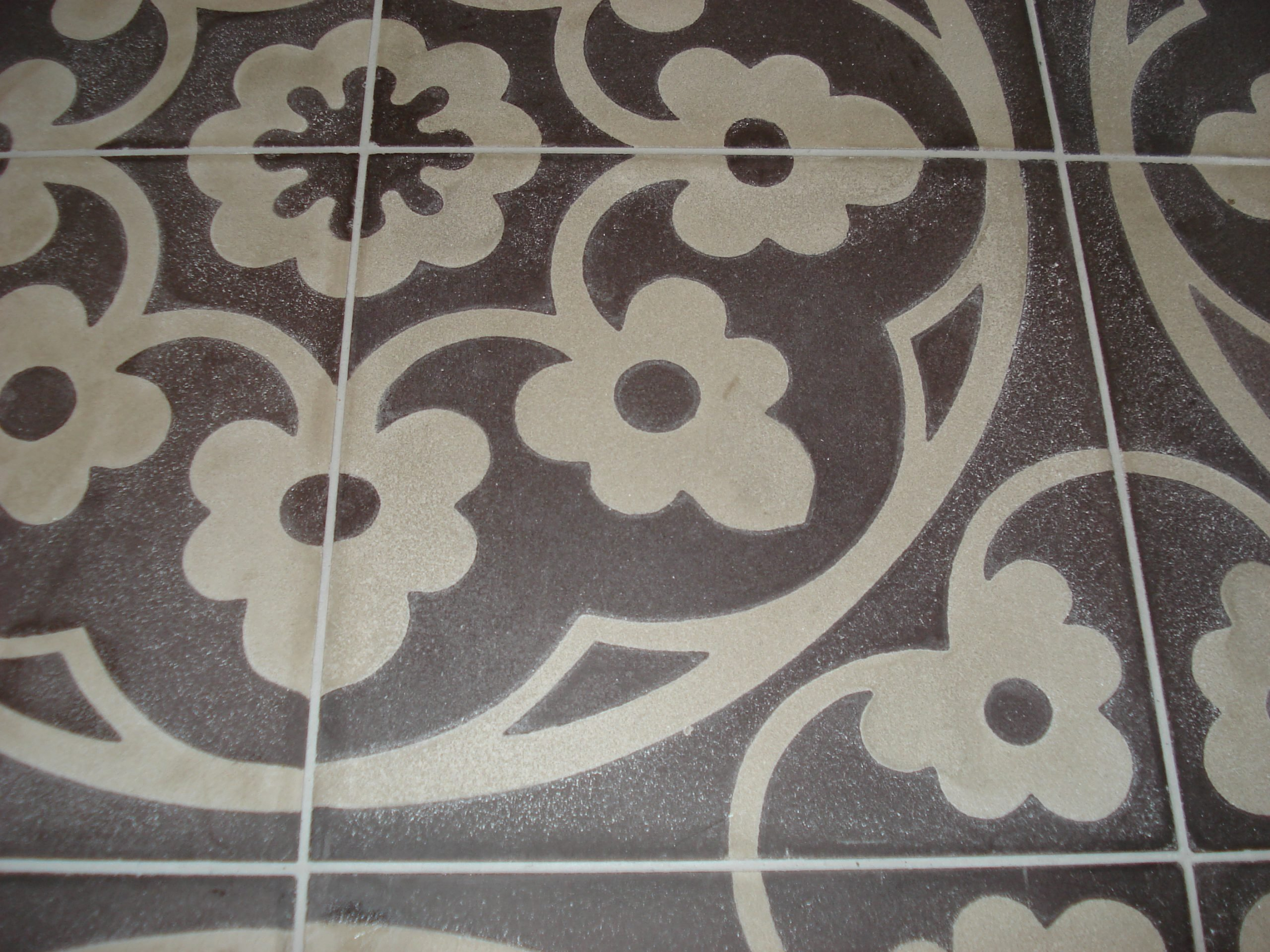 Maak de Portugese cementtegels goed schoon tijdens en na het voegen